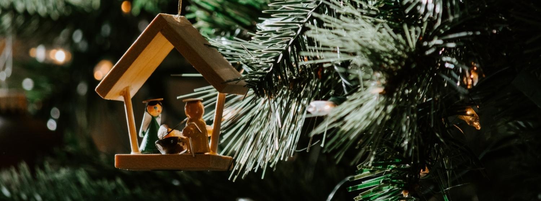 kerststal hangend in een kerstboom